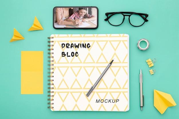 Draufsicht der schreibtischoberfläche mit smartphone und stift