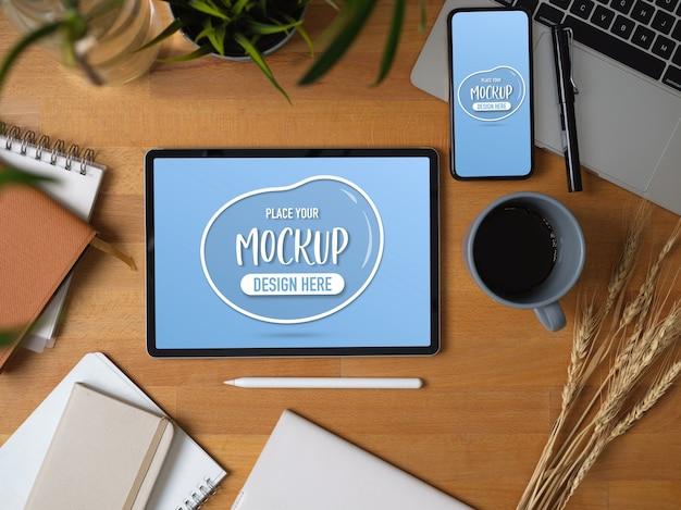 Draufsicht des arbeitsbüros mit modell des digitalen tablets und des telefons