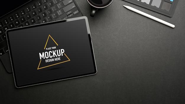 Draufsicht des dunklen kreativen arbeitsbereichs mit mock-up-tablett, zubehör und tasse