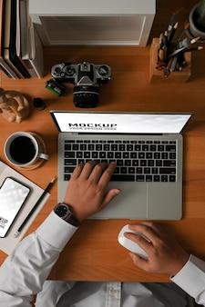 Draufsicht des geschäftsmannes, der mit laptop-modell arbeitet