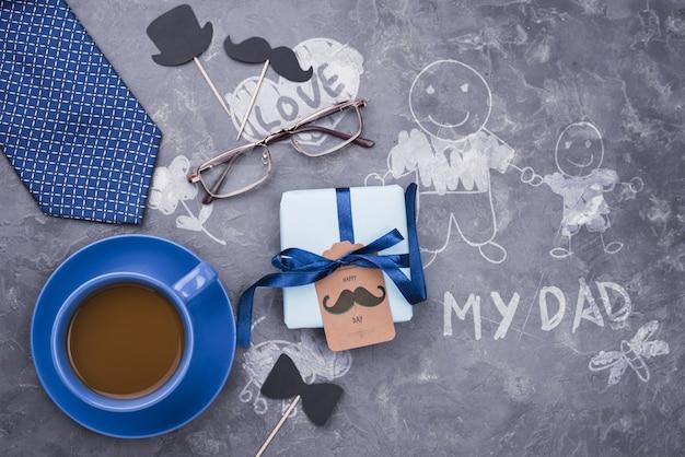 Draufsicht des geschenks mit kaffee und krawatte für vatertag