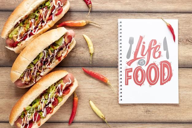 Draufsicht des köstlichen hotdogmodells auf hölzernem backgoround