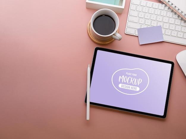 Draufsicht des kreativen flachen laienarbeitsbereichs mit digitalem tablettmodell