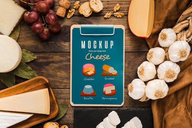Draufsicht des notizblocks mit trauben und käse