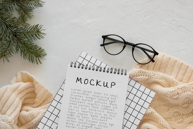Draufsicht des notizbuchs mit fichtenzweig und gläsern