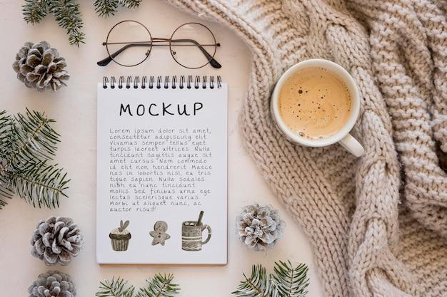 Draufsicht des notizbuchs mit kaffee und gläsern