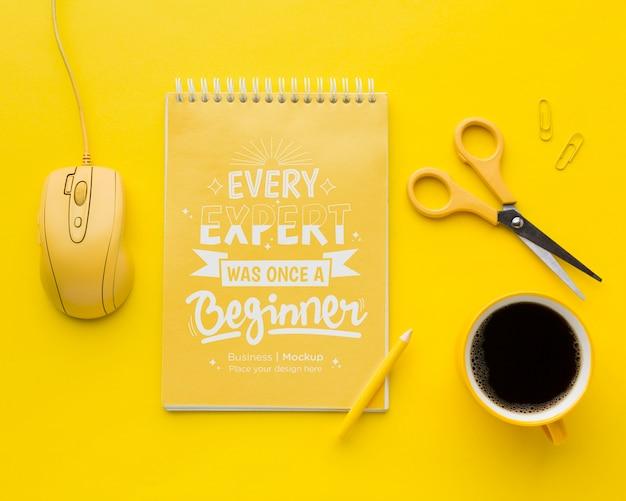 Draufsicht des schreibtisches mit notizbuch und kaffee
