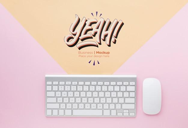Draufsicht des schreibtisches mit tastatur und maus
