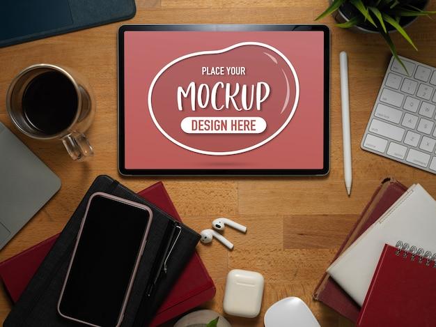Draufsicht des schreibtischs mit mock-up-tablette