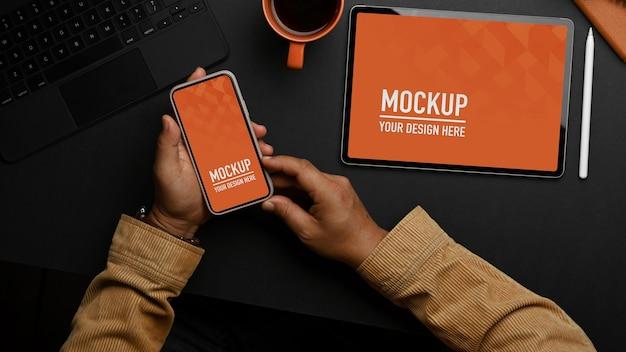 Draufsicht des studientisches mit tablet- und telefonmodell und schreibwaren