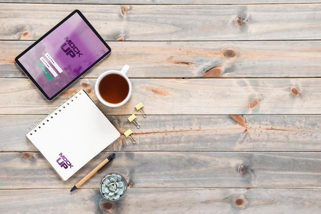 Draufsicht des tablets mit notizbuch und kopierraum