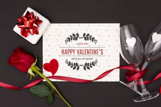 Draufsicht des valentinstagkonzeptes mit rosen- und champagnerglas