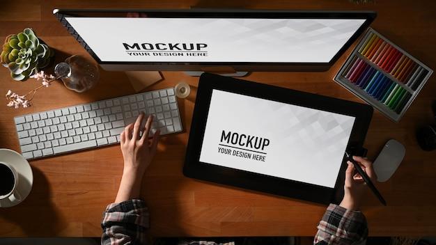Draufsicht des weiblichen grafikdesigners, der mit tablet- und computermodell arbeitet