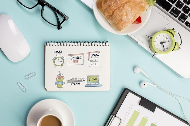 Draufsicht desktop-konzept mit täglichen aufgaben