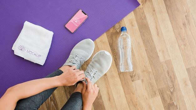 Draufsicht frau, die für yoga-sitzung bereit ist