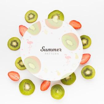 Draufsicht frische kiwi und erdbeeren mit modell