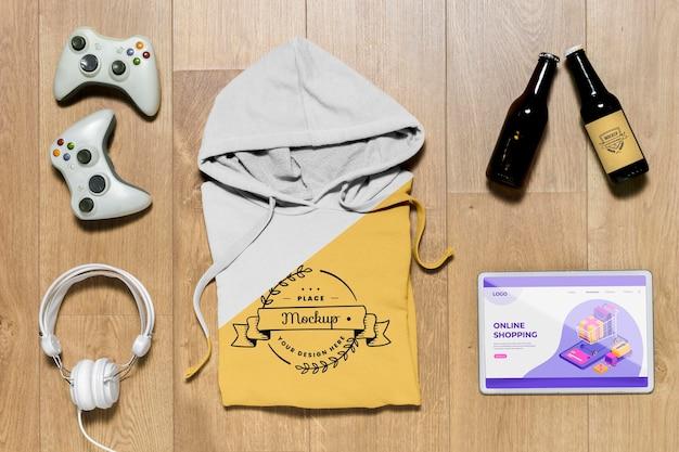 Draufsicht gefaltetes hoodie-modell mit geräten und flaschen