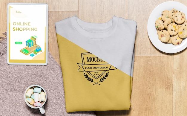 Draufsicht gefaltetes hoodie-modell mit snacks