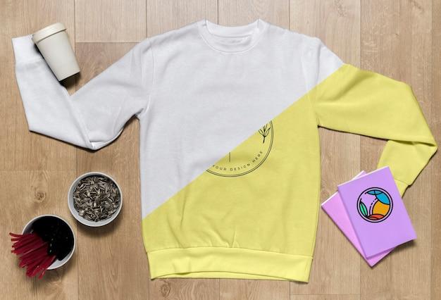 Draufsicht hoodie-modell mit notizbüchern und sonnenblumenkernen