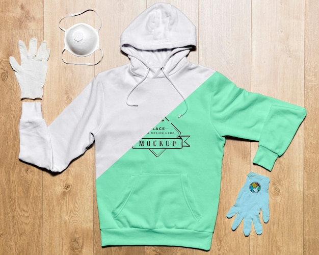 Draufsicht hoodie-modell mit schutzhandschuhen und maske