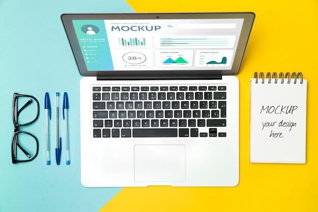 Draufsicht laptop und schreibtischgegenstände