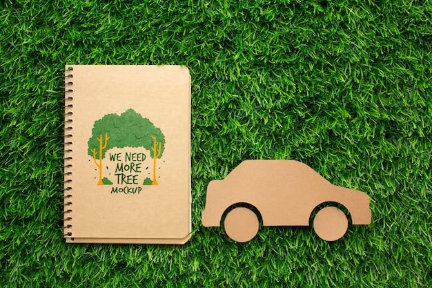 Draufsicht notebook modell und papierauto