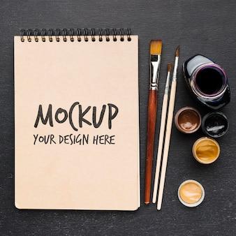 Draufsicht notebook und pinsel modell