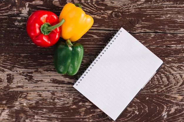 Draufsicht paprika mit notebook