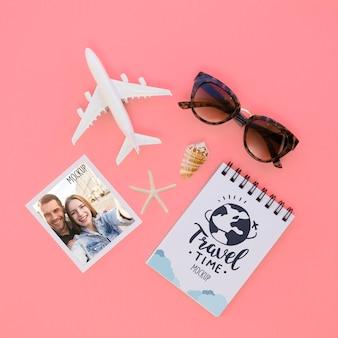 Draufsicht-reisekonzept mit sonnenbrille