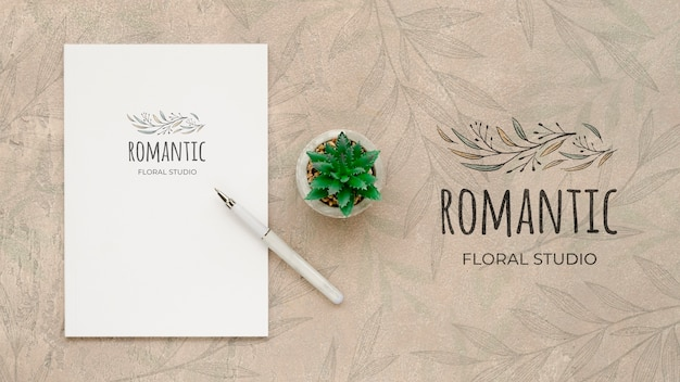 Draufsicht romantisches blumenstudio mit modell