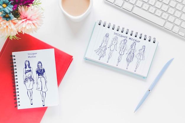 Draufsicht schreibtisch mit zeichnung und kaffee