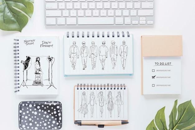 Draufsicht schreibtisch mit zeichnungen