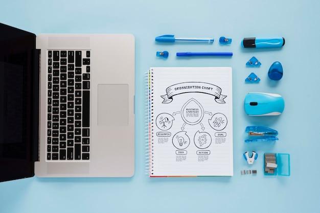 Draufsicht schreibtischkonzept mit laptop