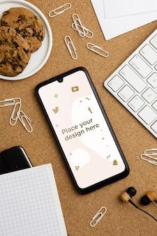 Draufsicht schreibtischkonzept mit smartphone