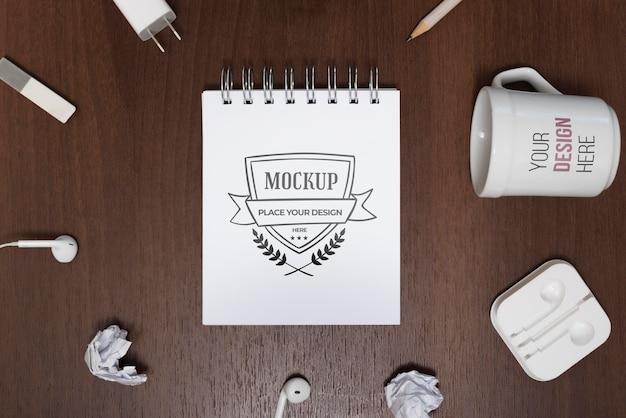 Draufsicht schreibtischmodell mit becher