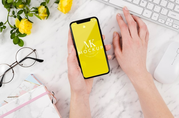 Draufsicht-smartphone-modell mit blumen und tastatur