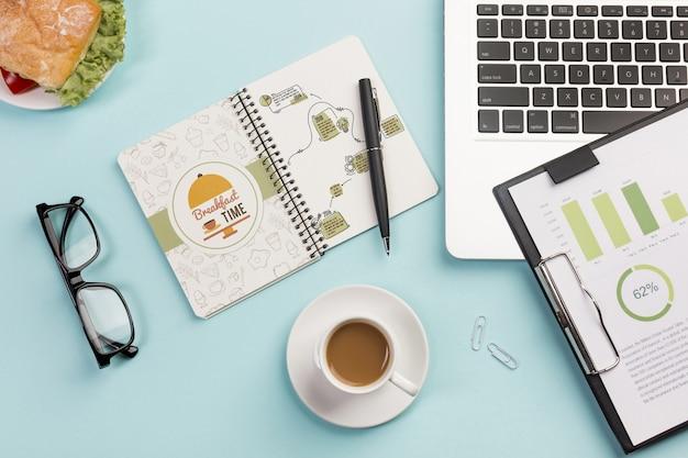 Draufsicht tasse kaffee mit brille auf dem schreibtisch