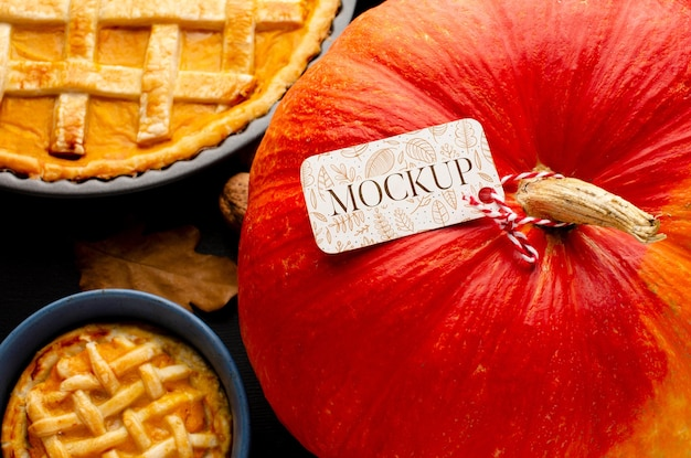Draufsicht thanksgiving-kürbis und kuchen