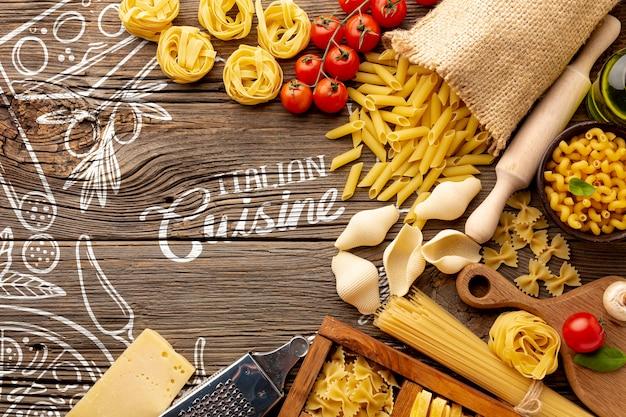 Draufsicht ungekochtes penne und gezeichneter hintergrund der tomaten an hand