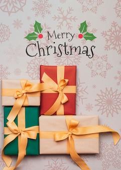 Draufsicht von bunten weihnachtsgeschenken