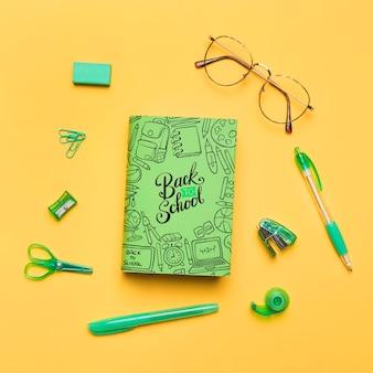 Draufsicht zurück zu schule mit grünem notizbuch