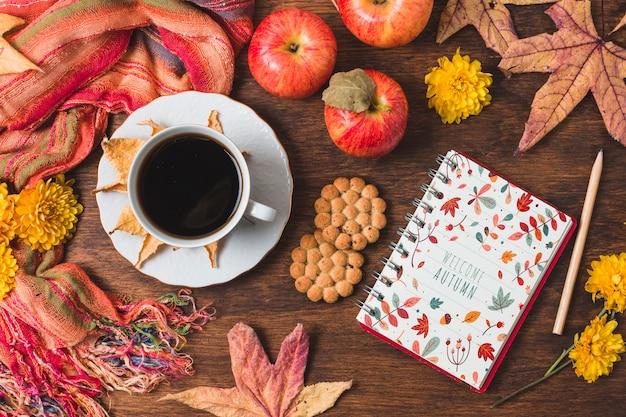 Draufsichtanordnung mit kaffee und notizbuch