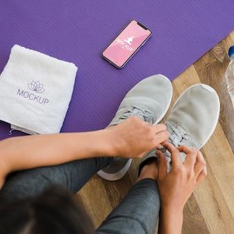 Draufsichtfrau, die für yoga bereit macht