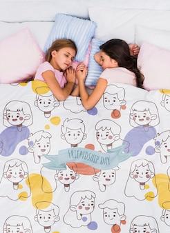 Draufsichtkinder, die mit umfassendem modell schlafen