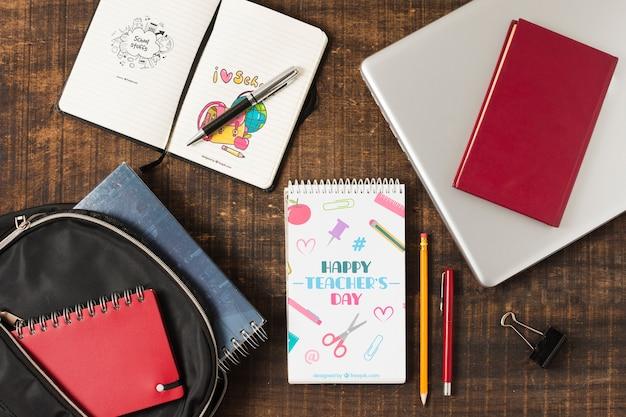 Draufsichtnotizbücher und -laptop auf hölzernem hintergrund