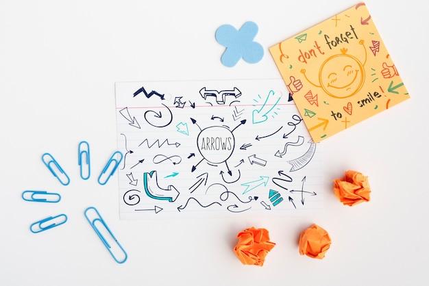 Draufsichtpost-it mit motivzitat und zerknittertem papier