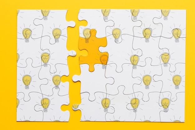 Draufsichtpuzzlespiel mit glühlampen