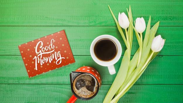 Draufsichtsammlung der kaffeetasse nahe bei blumen
