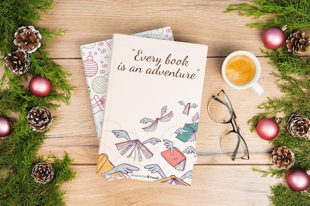 Draufsichtweihnachtsbuch mit tasse kaffee