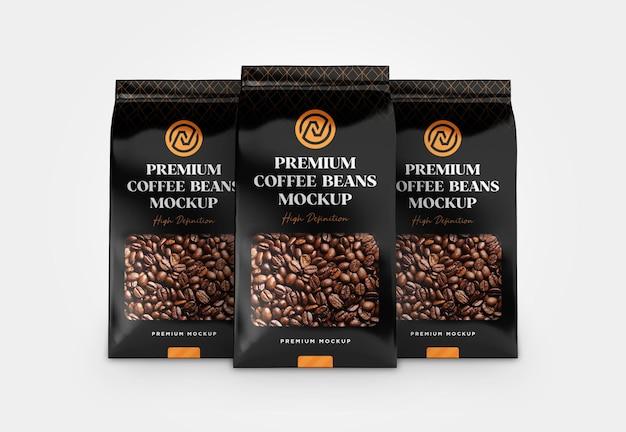 Drei kunststoff-metallbeutel mit kaffeebohnen-mockup-vorderansicht
